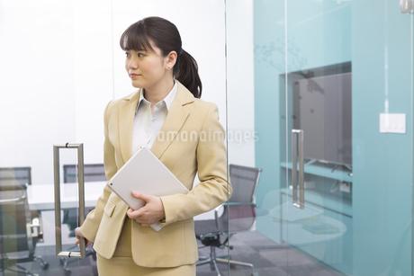 タブレットPCを持つビジネスウーマンの写真素材 [FYI01344971]
