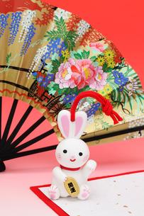 兔の土鈴と扇子の写真素材 [FYI01344972]