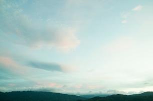 淡い光り差す夕焼けの写真素材 [FYI01345049]