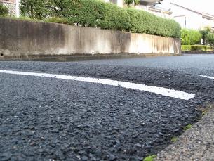 住宅街の車のスローダウン用の突起の写真素材 [FYI01345063]