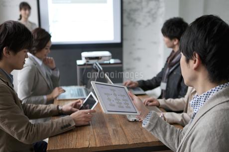 ミーティングをするビジネス男女6人の写真素材 [FYI01345078]