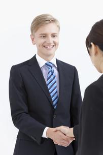 握手する外国人男性の写真素材 [FYI01345212]
