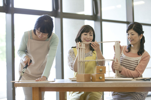 DIYをする中高年女性3人の写真素材 [FYI01345271]