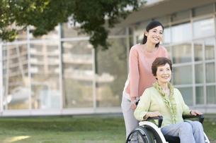 車いすに乗る祖母と娘の写真素材 [FYI01345281]