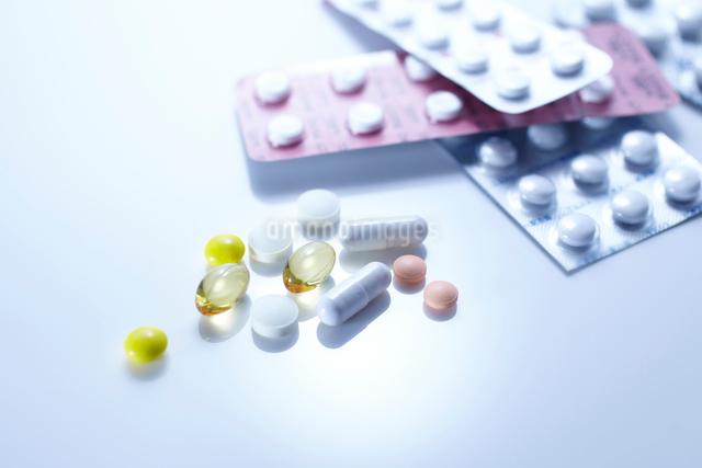 様々な薬やサプリメントの写真素材 [FYI01345363]