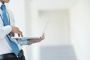 ノートパソコンを操作するビジネスマンの写真素材 [FYI01345444]
