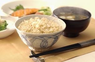 炊き立ての玄米ご飯と味噌汁 朝食イメージの写真素材 [FYI01345586]