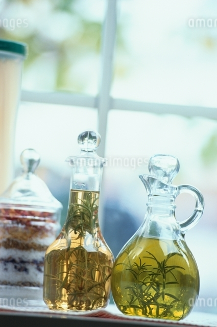 ガラスのビンに入ったオイルの写真素材 [FYI01345604]