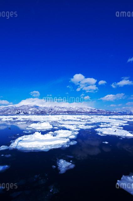 知床連山と流氷の写真素材 [FYI01345652]
