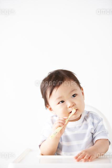 歯ブラシを持って歯磨きを1人でする幼児の写真素材 [FYI01345718]