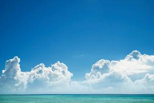 青空と入道雲と海に飛行機雲の写真素材 [FYI01345751]