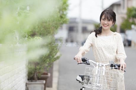 自転車をおす女性の写真素材 [FYI01345789]