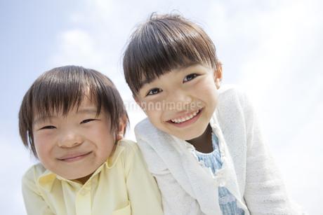 笑顔の男の子と女の子の写真素材 [FYI01345790]