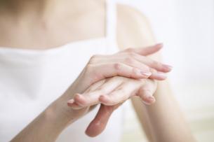 手をなでる日本人女性のアップの写真素材 [FYI01345889]