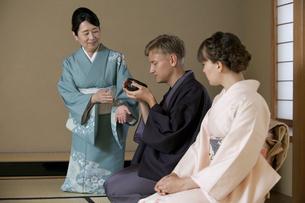 茶道を体験する外国人カップルの写真素材 [FYI01345906]