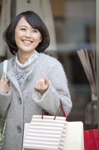 ショッピングをする女性の写真素材 [FYI01346133]