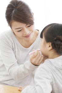 子供の歯磨きをする母親の写真素材 [FYI01346173]