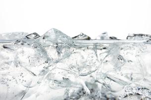 炭酸水の中の氷 の写真素材 [FYI01346186]