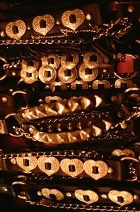 規則的に並ぶ金属の装飾の写真素材 [FYI01346196]