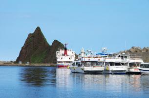 三角岩とウトロ港の写真素材 [FYI01346485]