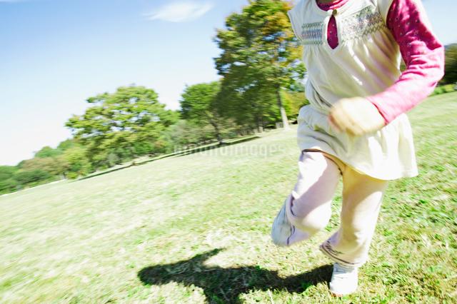 公園で走る女の子の写真素材 [FYI01346595]