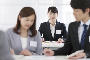 ペンを持つビジネスウーマンとビジネスマンの写真素材 [FYI01346630]