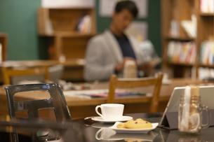 コーヒーと洋菓子が置かれたカフェテーブルの写真素材 [FYI01346631]