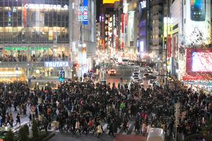 渋谷スクランブル交差点通行人の写真素材 [FYI01347068]