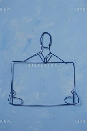 ワイヤーで作ったメッセージボードを持つ人の写真素材 [FYI01347198]