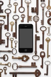 白バックに並ぶ鍵とスマートフォンの写真素材 [FYI01347243]