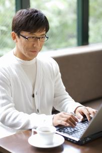 パソコンしている中高年男性の写真素材 [FYI01347304]