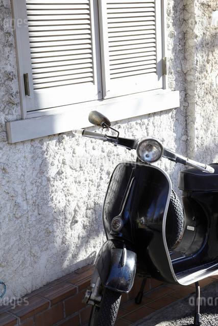 白い家とバイクの写真素材 [FYI01347411]