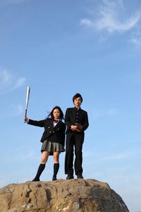 バットを持つ女子高生とグローブを持つ男子高校生の写真素材 [FYI01347549]