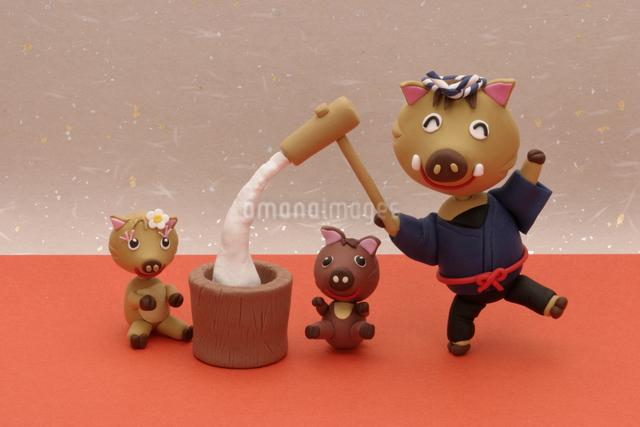 餅つきをする猪の親子の写真素材 [FYI01347550]