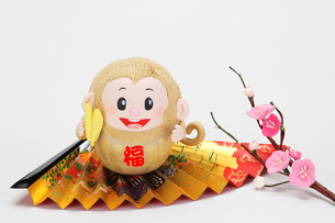 バナナを持った申のダルマの写真素材 [FYI01347670]