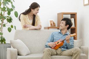 ウクレレを弾く男性と笑顔の女性の写真素材 [FYI01347776]