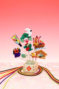 ちりめんの正月飾り(辰年)の写真素材 [FYI01347863]