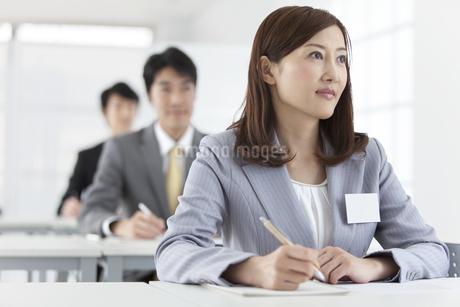 ペンを持つビジネスウーマンとビジネスマン3人の写真素材 [FYI01347902]