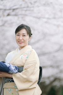 微笑む和服の日本人女性の写真素材 [FYI01347977]