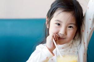 ジュースを飲む女の子の写真素材 [FYI01348060]
