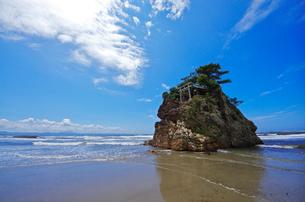 稲佐の浜の弁天島の写真素材 [FYI01348089]