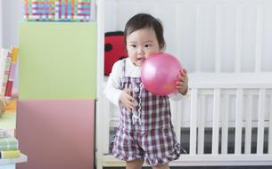 ボールで遊ぶ赤ちゃんの写真素材 [FYI01348291]