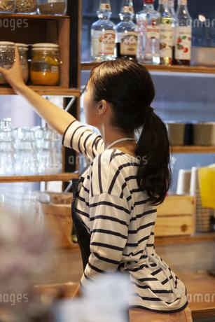 カフェで働く女性の店員の写真素材 [FYI01348337]