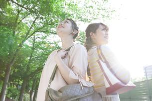 笑顔の女子大生2人の写真素材 [FYI01348526]
