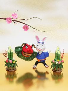 獅子舞の兔と門松と梅の写真素材 [FYI01348952]