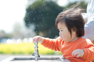水飲み場で遊ぶ男の子の写真素材 [FYI01349116]