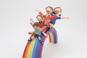 虹の滑り台と家族のクラフトの写真素材 [FYI01349301]