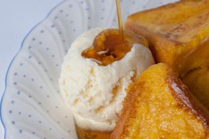 フレンチトーストのアイスクリームにシロップをかけるの写真素材 [FYI01349360]