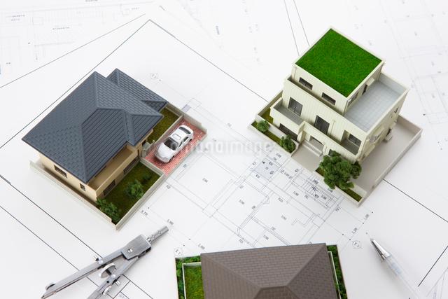 住宅模型と設計図の写真素材 [FYI01349538]