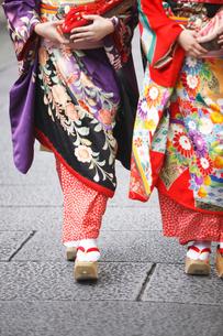 舞妓と石畳の写真素材 [FYI01349697]
